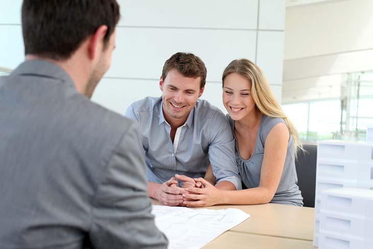 семейная пара берет потребительский кредит в Россельхозбанке