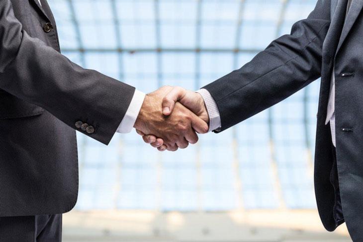 бизнесмен и банкир жмут руки