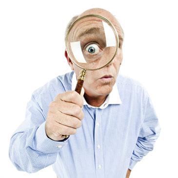 человек изучает свой кредитный рейтинг